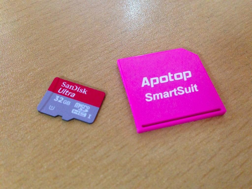 Sandisk micro SDHC 카드(왼쪽)와 APOTOP 어댑터(오른쪽)