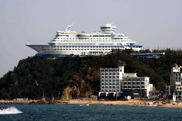 """사공이 많을 때 일어날 수도 있는 일 중 하나 """"Korea-Gangneung-Jeongdongjin-Sun Cruise Hotel-01.jpg"""", 위키백과"""