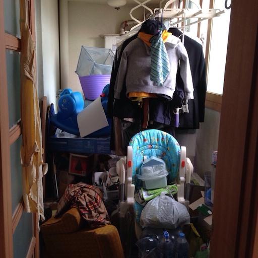 뒷베란다에 쌓인 짐들. 이 서너배의 짐을 앞뒤 베란다와 벽장 등에 옮겨야 했다
