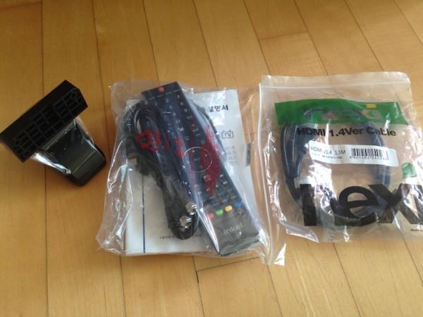 그 외 구성품들. 맨 왼쪽 것이 스탠드 연결 부품이다. HDMI 케이블은 사은품.