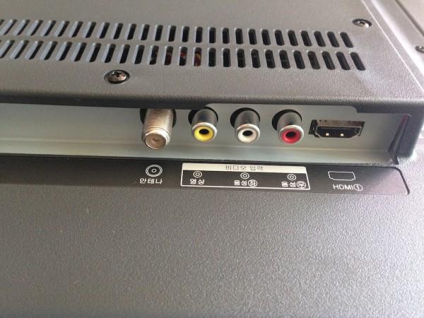 뒷면 오른쪽 아래의 포트들. 왼쪽부터 안테나, 비디오 입력(영상, 음성좌, 음성우), HDMI