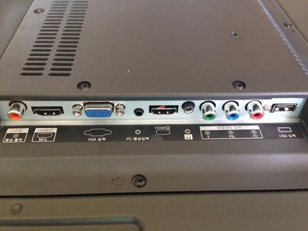 뒷면 오른쪽 옆면의 포트들. 왼쪽부터 디지털음성출력, HDMI, VGA, PC음성입력, HDMI3, 헤드폰, 컴포넌트입력, USB