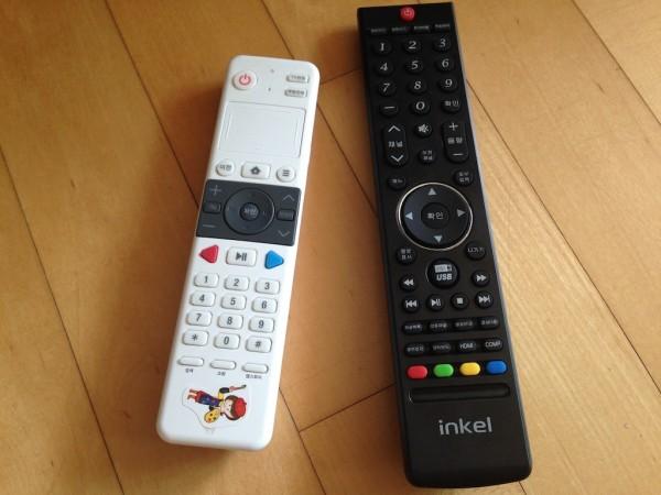 왼쪽은 올레TV 셋톱박스 통합 리모콘, 오른쪽은 인켈 리모콘